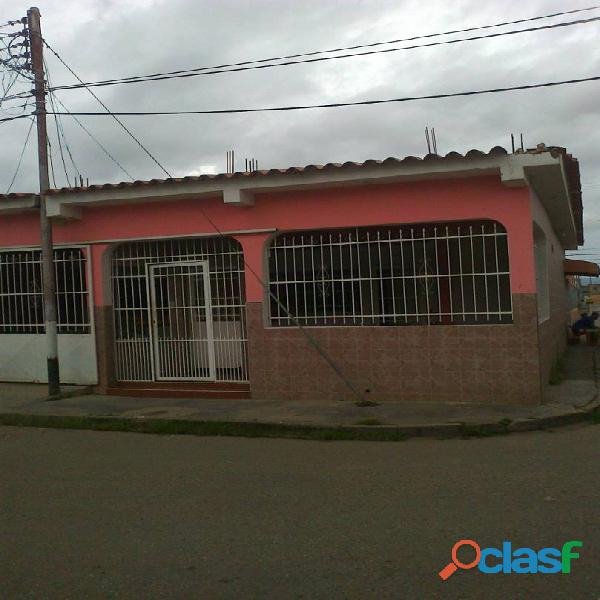 Linda Y Acogedora Casa de Esquina con Local en Lomas de