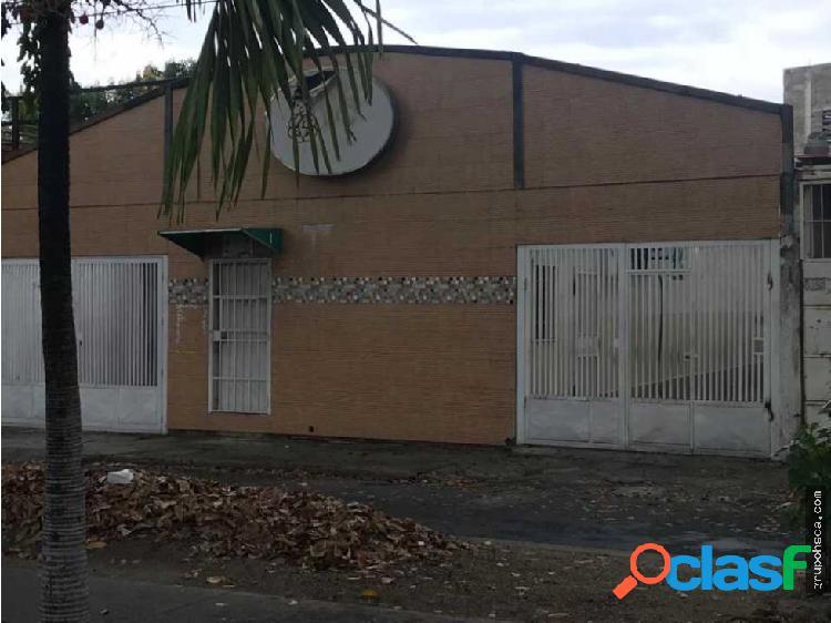 Se vende casa con dos locales en maracay