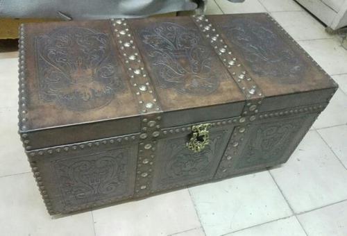 Baul, Cofre De Madera Con Cuero Tallado Y Manillas De Bronce