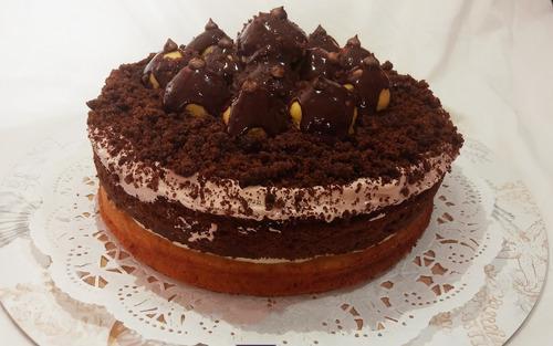 Torta De Chocolate Y Vainilla, Rellena, Con Profiteroles
