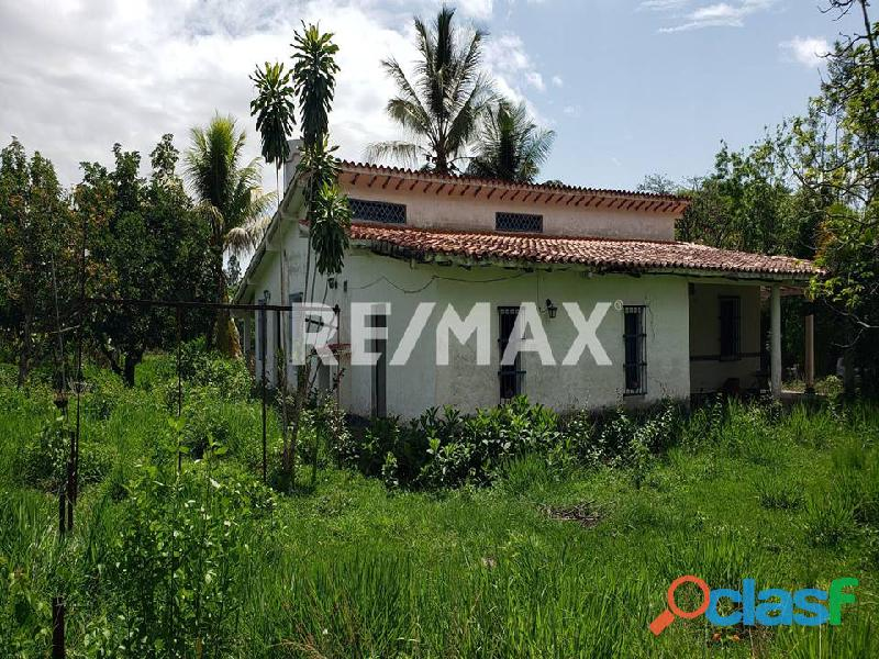 REMAX/PARTNERS Vende Casa con Terreno en Sabana del Medio,