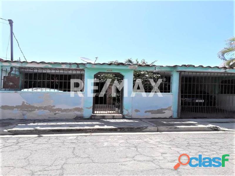 RE/MAX PARTNERS Vende Casa Parque Residencial Flor Amarillo